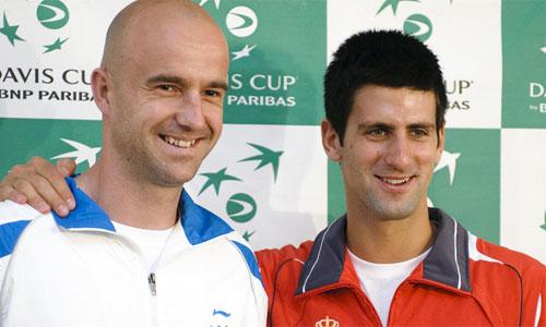 Djokovic (phải) lo ngại người bạn Ivan Ljubicic sẽ giúp đối thủ Federer đánh bại anh. Ảnh: AFP.