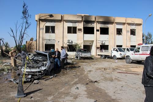 Hiện trường vụ đánh bom tự sát tại trung tâm huấn luyện cảnh sát ở Zliten, Libya, ngày 7/1. Ảnh: Reuters.